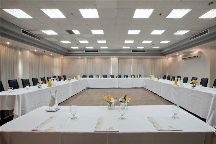 ישיבת ח באולם
