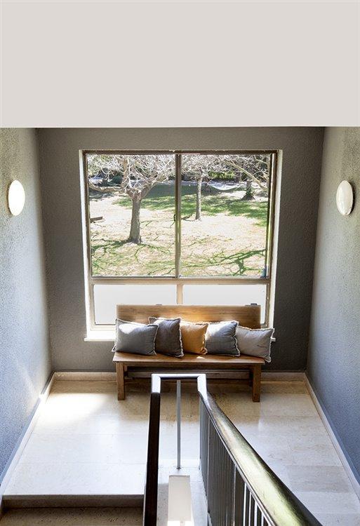 מדרגות בין קומות החדרים