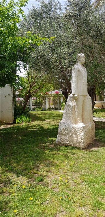 פסלו של דוד רמז בכניסה
